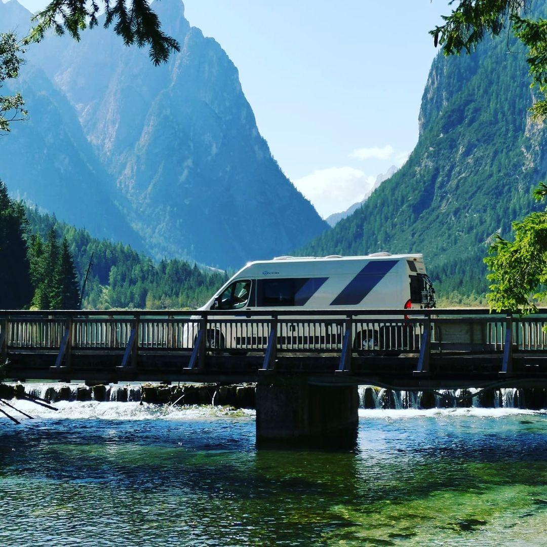 Camper von Roadbuddies on Tour in den Bergen